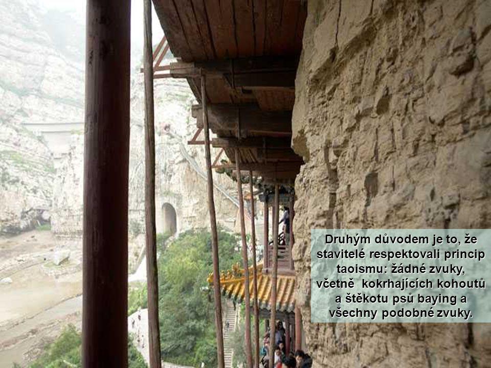 Kromě toho horský převis chrání stavby před deštěm a sněhem, a horské okolí také dlouhodobě snižuje poškození slunečním svitem.