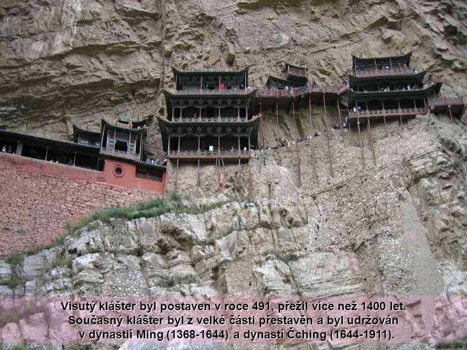 Cesta byla postavena více než před 1400 lety. Tento chrám je unikátní nejen pro jeho umístění na strmý sráz, ale také proto, že obsahuje buddhistické,