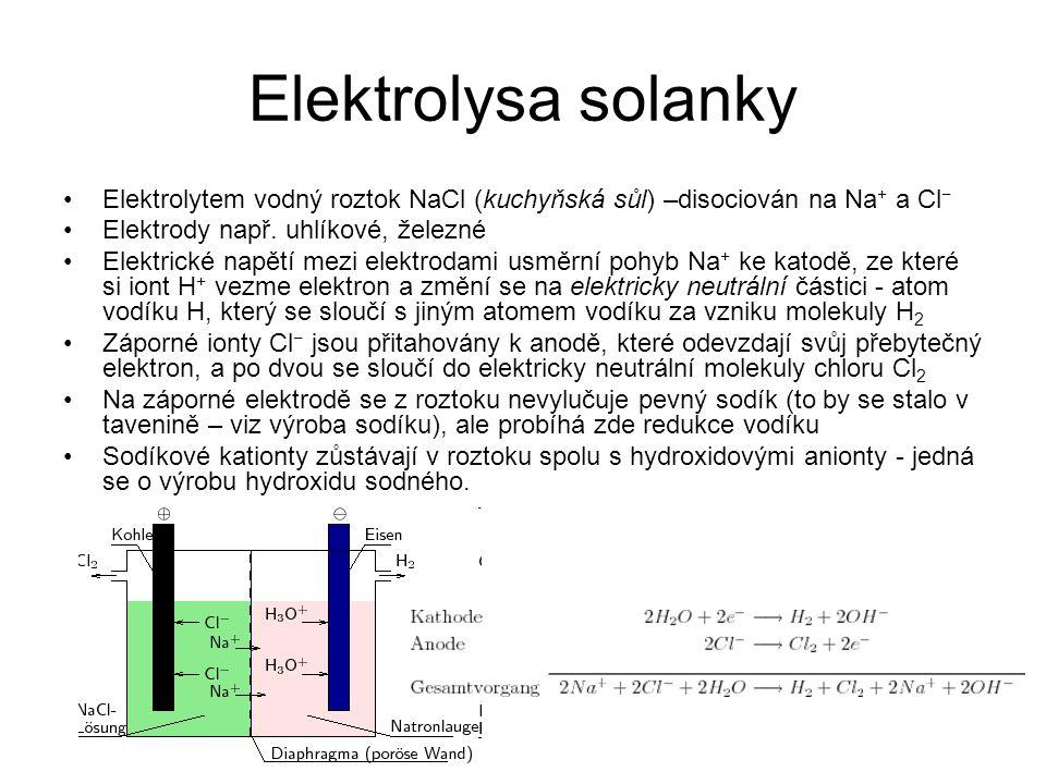 Elektrolysa solanky Elektrolytem vodný roztok NaCl (kuchyňská sůl) –disociován na Na + a Cl − Elektrody např. uhlíkové, železné Elektrické napětí mezi
