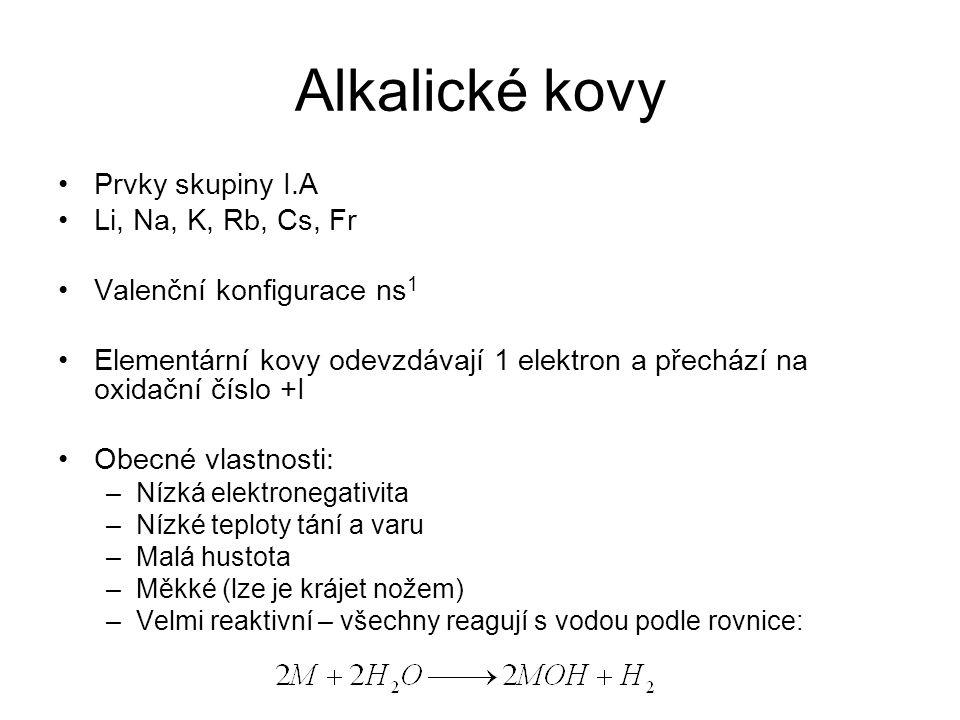 Alkalické kovy Prvky skupiny I.A Li, Na, K, Rb, Cs, Fr Valenční konfigurace ns 1 Elementární kovy odevzdávají 1 elektron a přechází na oxidační číslo
