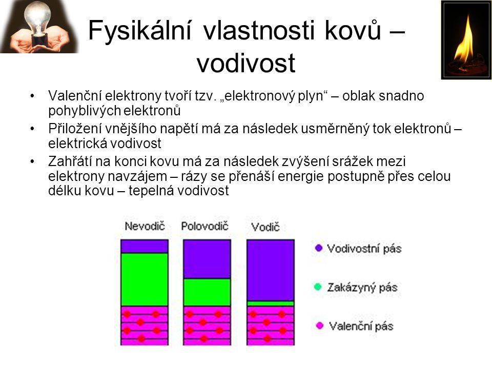 """Fysikální vlastnosti kovů – vodivost Valenční elektrony tvoří tzv. """"elektronový plyn"""" – oblak snadno pohyblivých elektronů Přiložení vnějšího napětí m"""