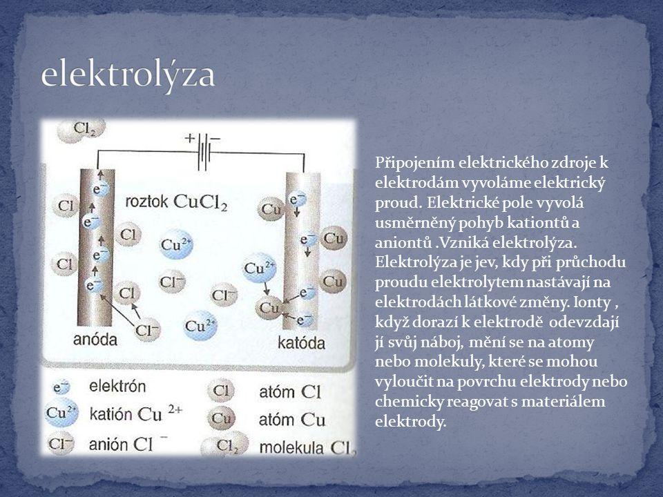 Připojením elektrického zdroje k elektrodám vyvoláme elektrický proud.