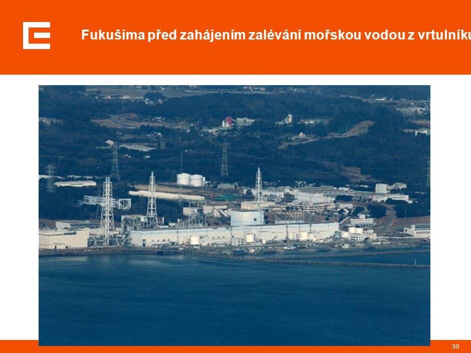 30 Fukušima před zahájením zalévání mořskou vodou z vrtulníku