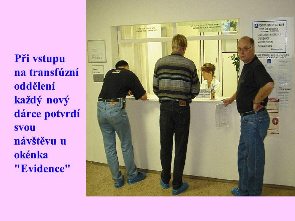 Při vstupu na transfúzní oddělení každý nový dárce potvrdí svou návštěvu u okénka