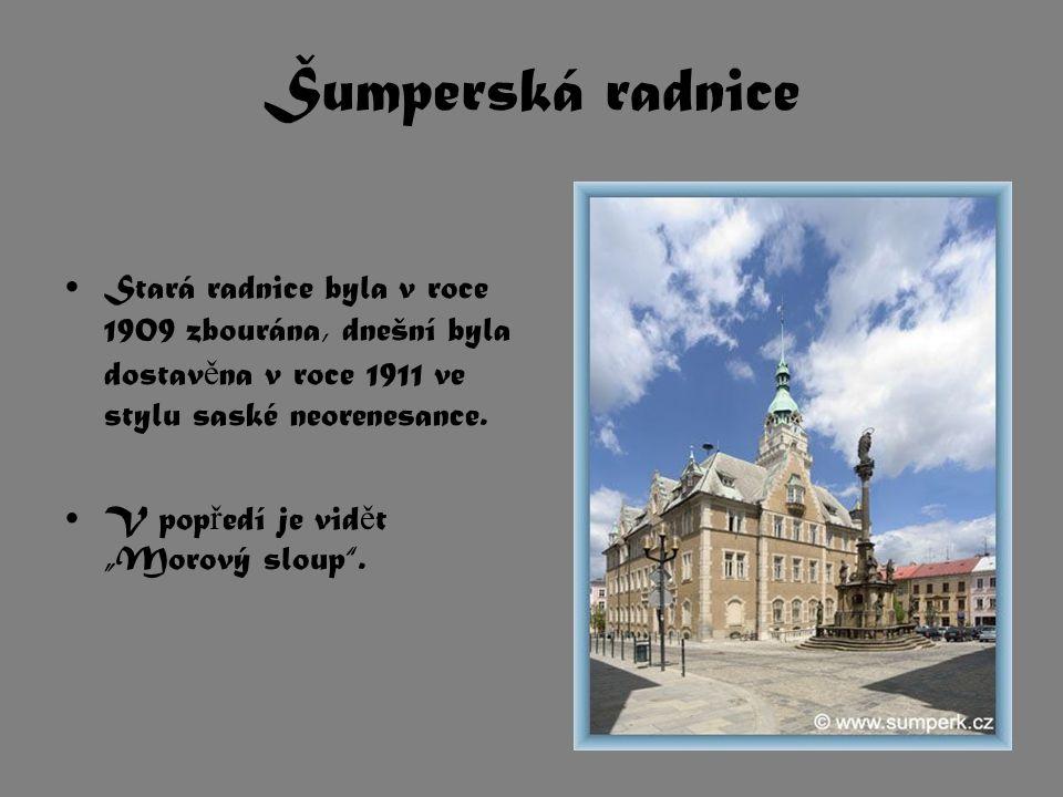 """Šumperská radnice Stará radnice byla v roce 1909 zbourána, dnešní byla dostav ě na v roce 1911 ve stylu saské neorenesance. V pop ř edí je vid ě t """"Mo"""