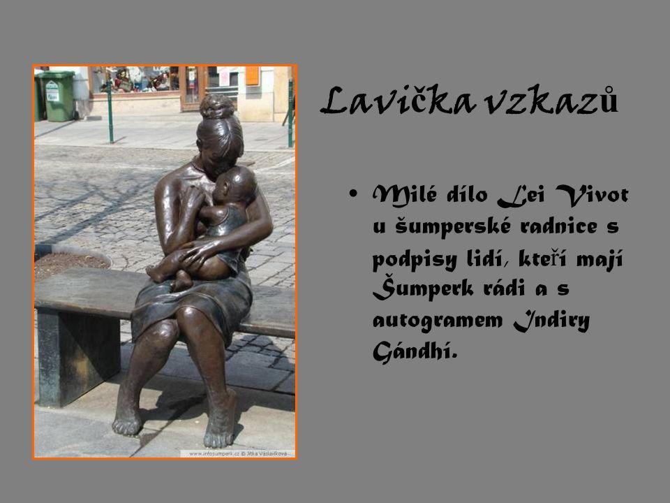 Lavi č ka vzkaz ů Milé dílo Lei Vivot u šumperské radnice s podpisy lidí, kte ř í mají Šumperk rádi a s autogramem Indiry Gándhí.