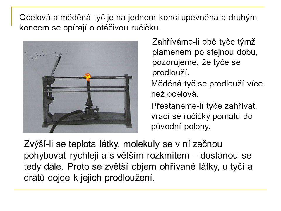 Ocelová a měděná tyč je na jednom konci upevněna a druhým koncem se opírají o otáčivou ručičku. Zahříváme-li obě tyče týmž plamenem po stejnou dobu, p