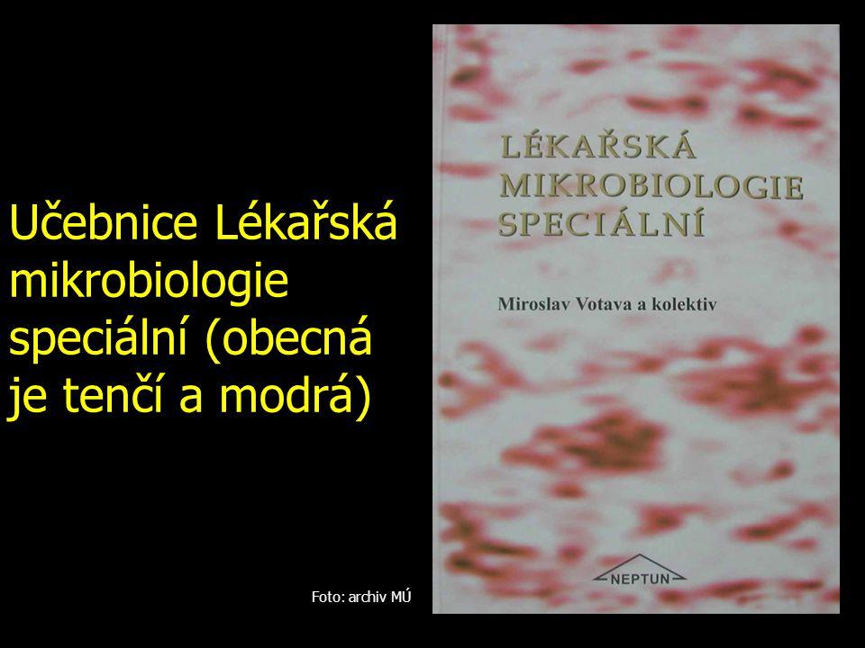Učebnice Lékařská mikrobiologie speciální (obecná je tenčí a modrá) Foto: archiv MÚ