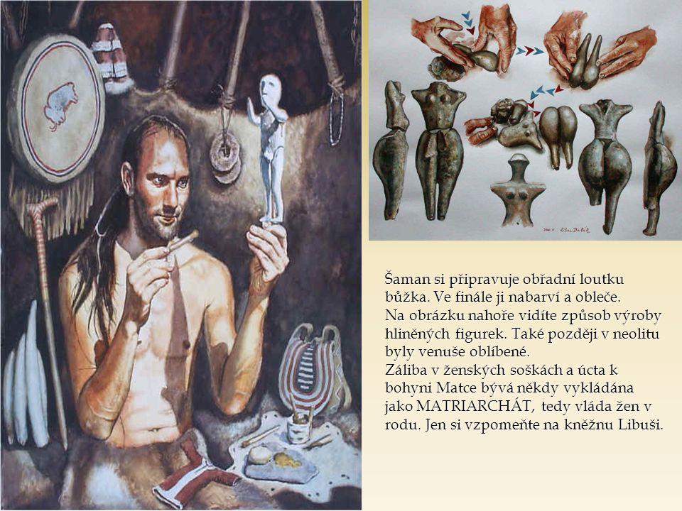 Šaman si připravuje obřadní loutku bůžka.Ve finále ji nabarví a obleče.