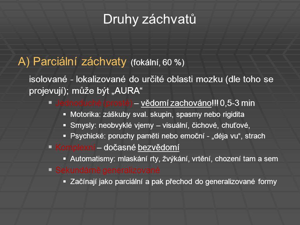 """Druhy záchvatů B) Generalizované (vždy bezvědomí)   GRAND MAL – tonicko-klonický záchvat (1-3 min)   Náhlá ztráta vědomí - většinou bez varování  pád na zem   Generalizovaná tonická kontrakce kosterního svalstva, extenze končetin, záda prohnutá, zvukové fenomény - epileptický """"pláč (0,5 min)   Klonická fáze – silné synchronní záškuby končetin a celého svalstva (postupně klesá intenzita)   Po nabytí vědomí – amnézie, zmatenost, úzkost, únava, vyčerpání   Může nastat – únik moči, někdy i feces"""