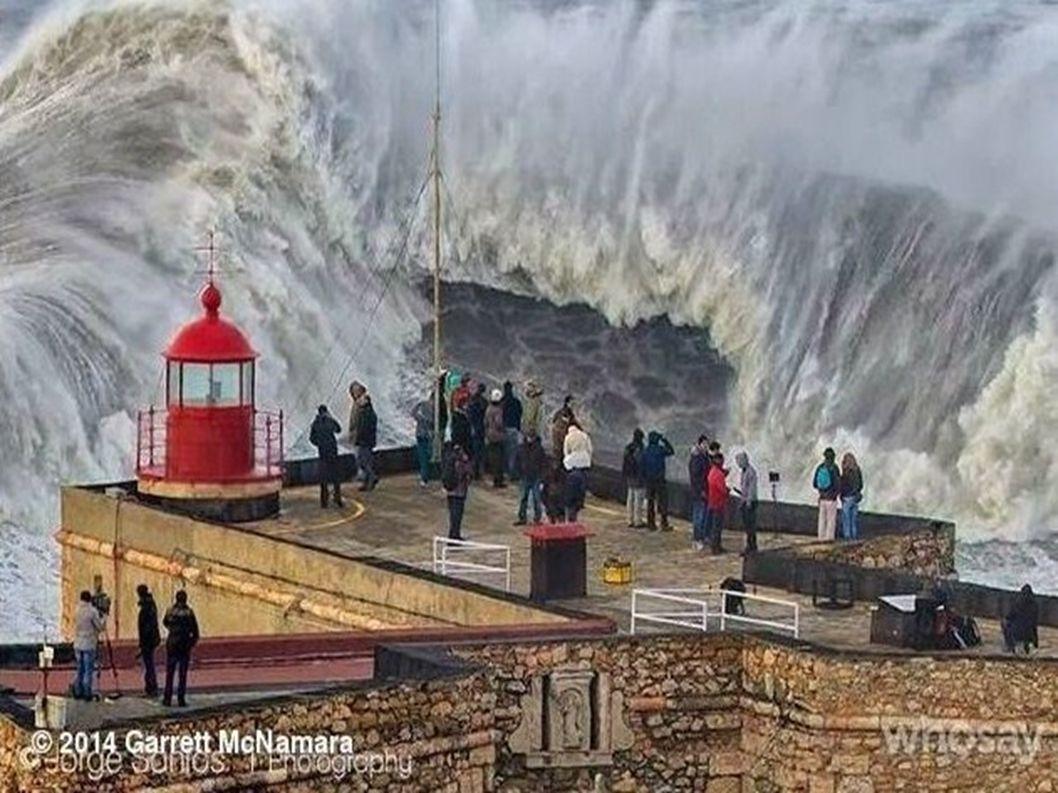 Portugalsko... Město Nazaré slavná pláž pro surfování Praia do Norte photo1 Fransisco Seco