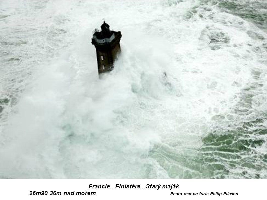 Francie...Finistère...MajákTevennec před i po Photo mer en furie Philip Plisson 2
