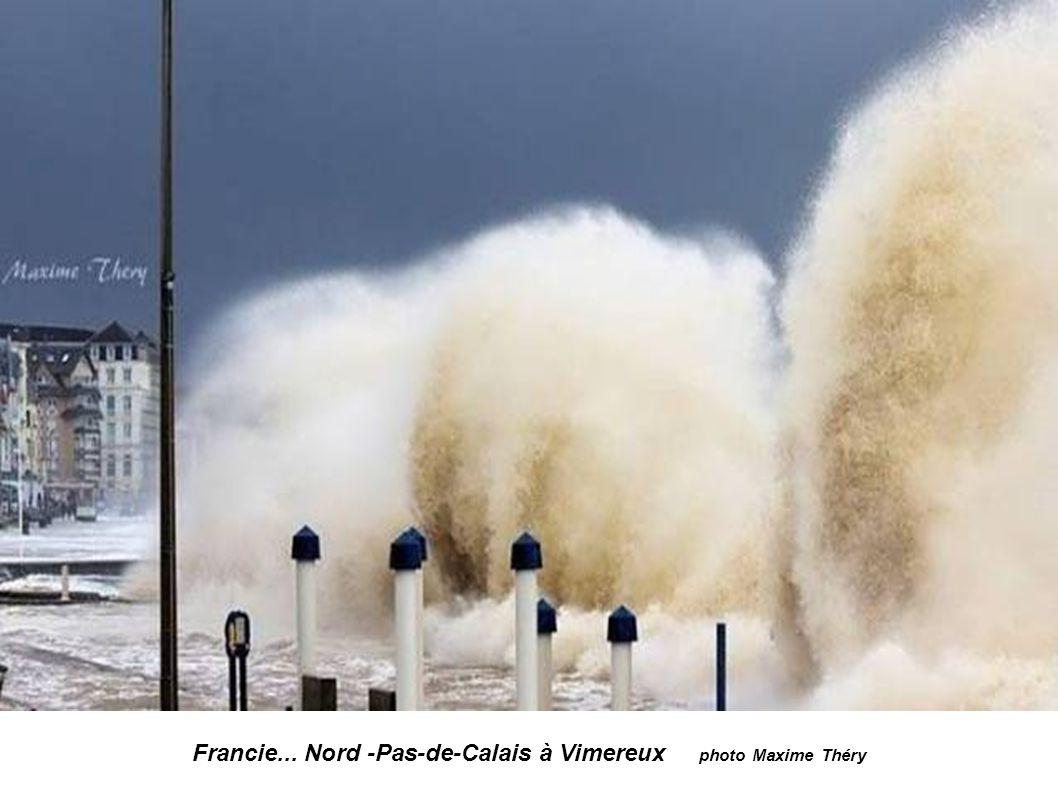 Francie...Finistère -Ouessant... Maják Nividic vysoký 35 m Vlna k majáku je vysoká 20 až 25 m. Photos Philip Plisson
