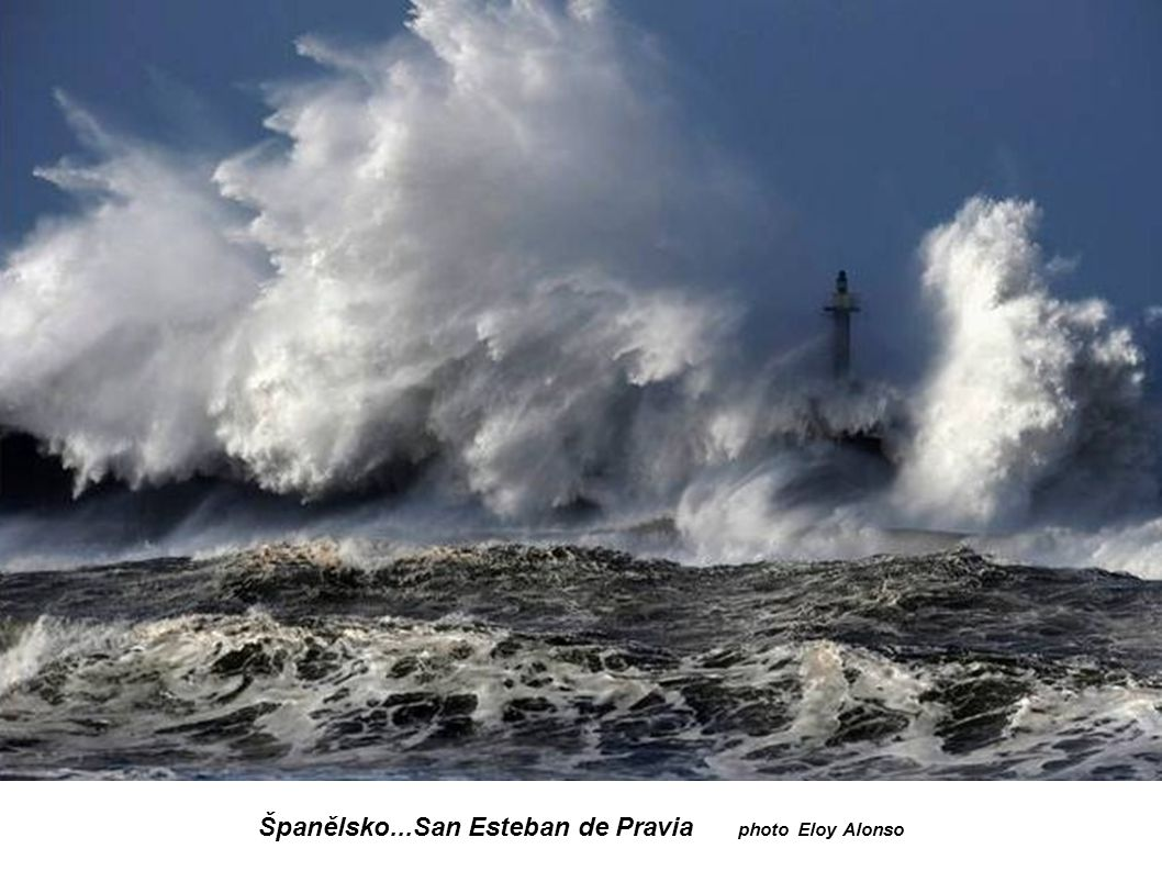 Francie...Finistère -Ouessant...Maják Nividic vysoký 35 m Vlna k majáku je vysoká 20 až 25 m.