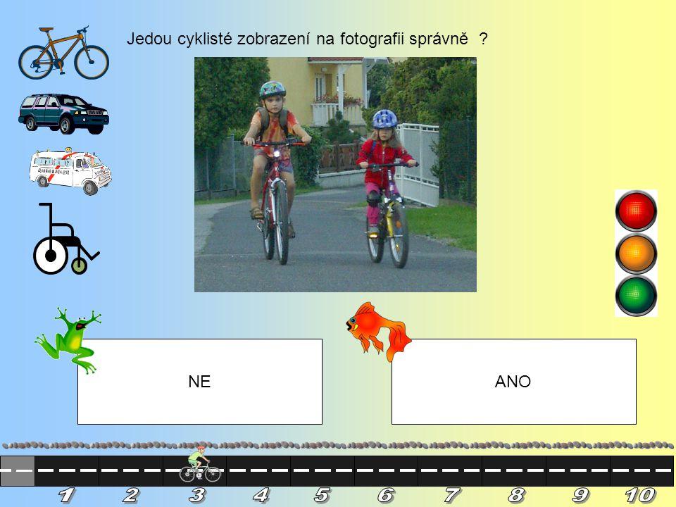 Jedou cyklisté zobrazení na fotografii správně ? NEANO