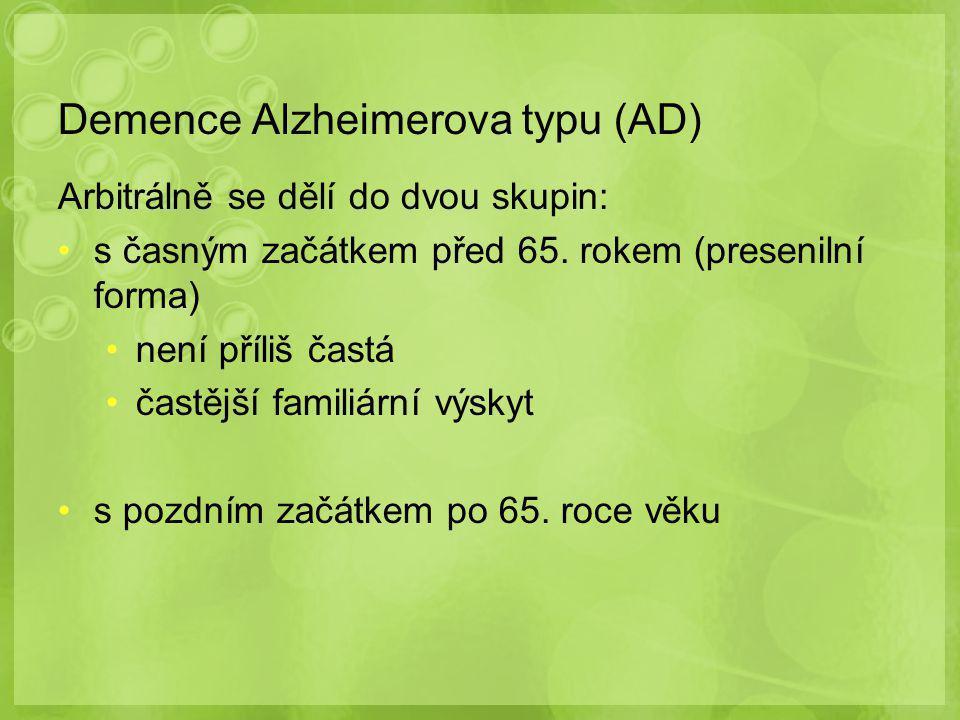 Demence Alzheimerova typu (AD) Arbitrálně se dělí do dvou skupin: s časným začátkem před 65. rokem (presenilní forma) není příliš častá častější famil