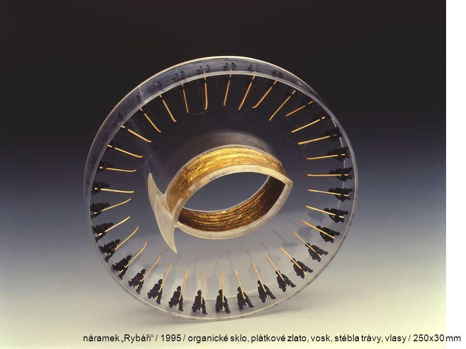 "náramek ""Rybáři"" / 1995 / organické sklo, plátkové zlato, vosk, stébla trávy, vlasy / 250x30 mm"