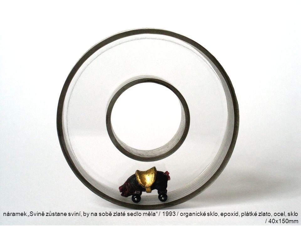 """náramek """"Svině zůstane sviní, by na sobě zlaté sedlo měla"""" / 1993 / organické sklo, epoxid, plátké zlato, ocel, sklo / 40x150mm"""