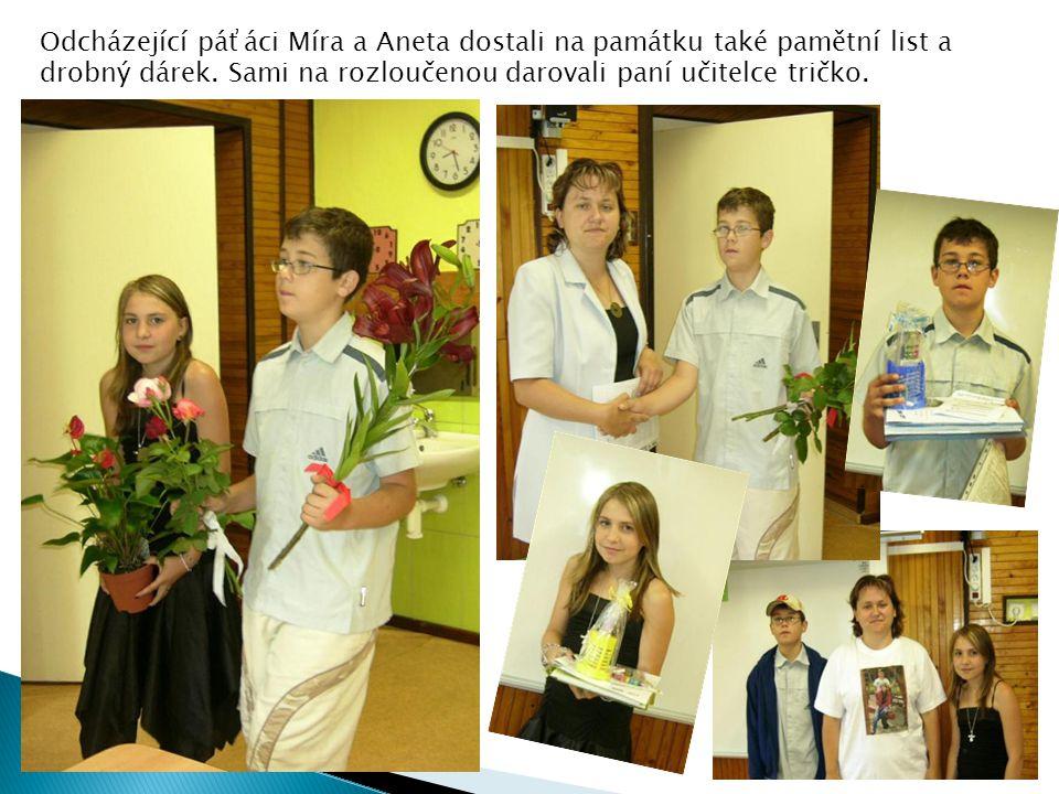 Odcházející páťáci Míra a Aneta dostali na památku také pamětní list a drobný dárek.