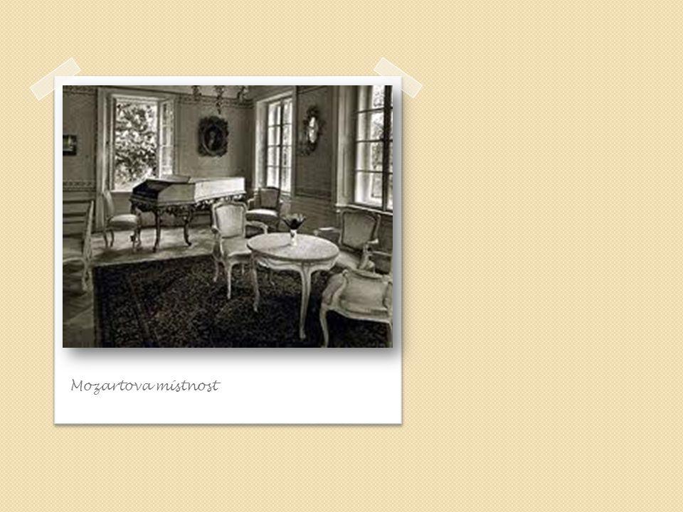 """Exteriér Bertramky Zahradu Bertramky zdobí busta Mozarta od sochaře Tomáše Seidana, kterou zhotovil ke stodvacátému výročí narození skladatele roku 1876 Součástí venkovních prostor je také """"Mozartův stůl , kde genius tvořil i odpočíval Exteriér je tvořen znějící kašnou, hledištěm a terasou"""