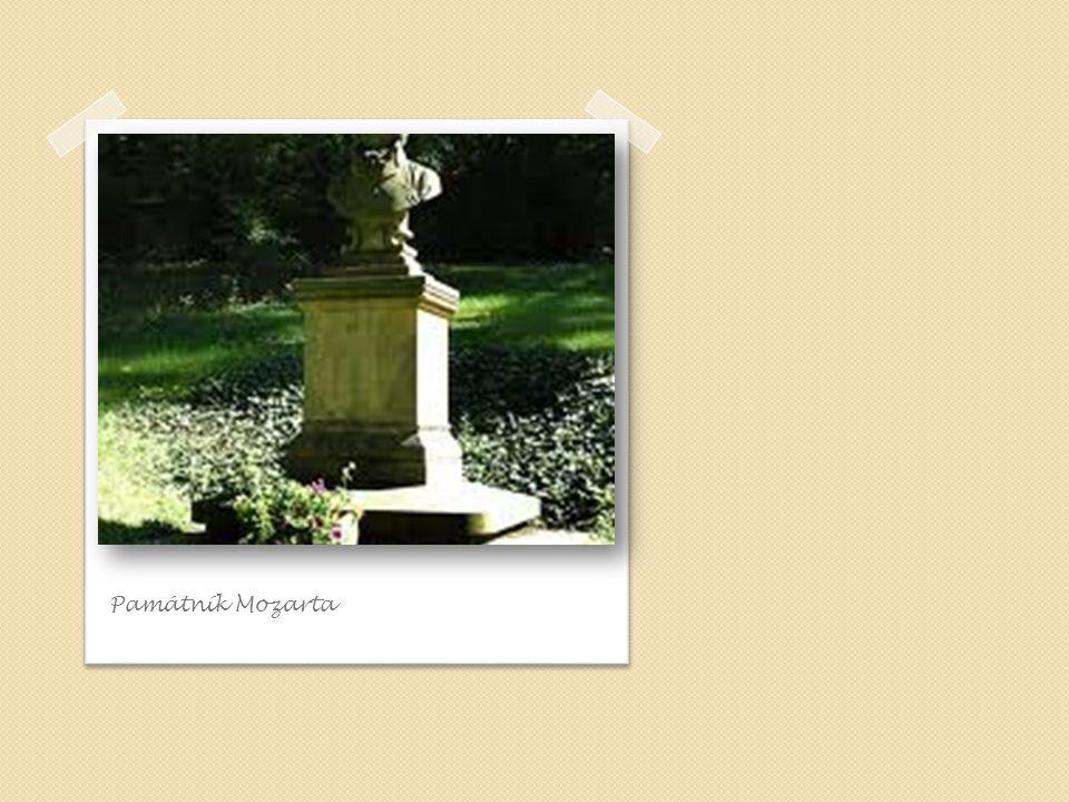 Mozart ů v kamenný st ů l v zahrad ě