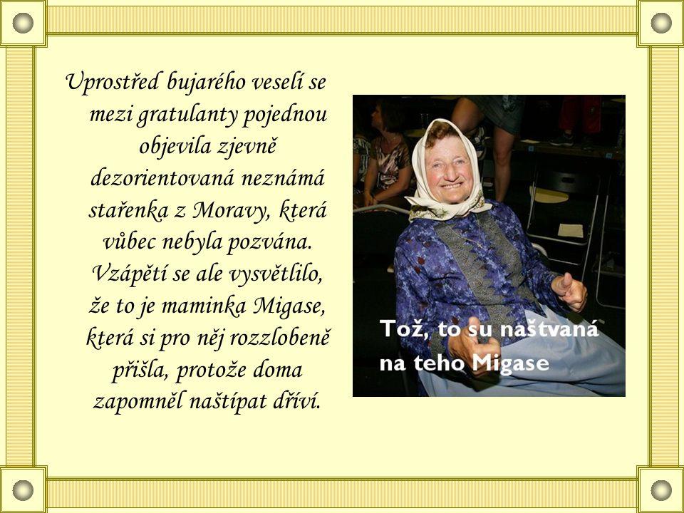 Uprostřed bujarého veselí se mezi gratulanty pojednou objevila zjevně dezorientovaná neznámá stařenka z Moravy, která vůbec nebyla pozvána.