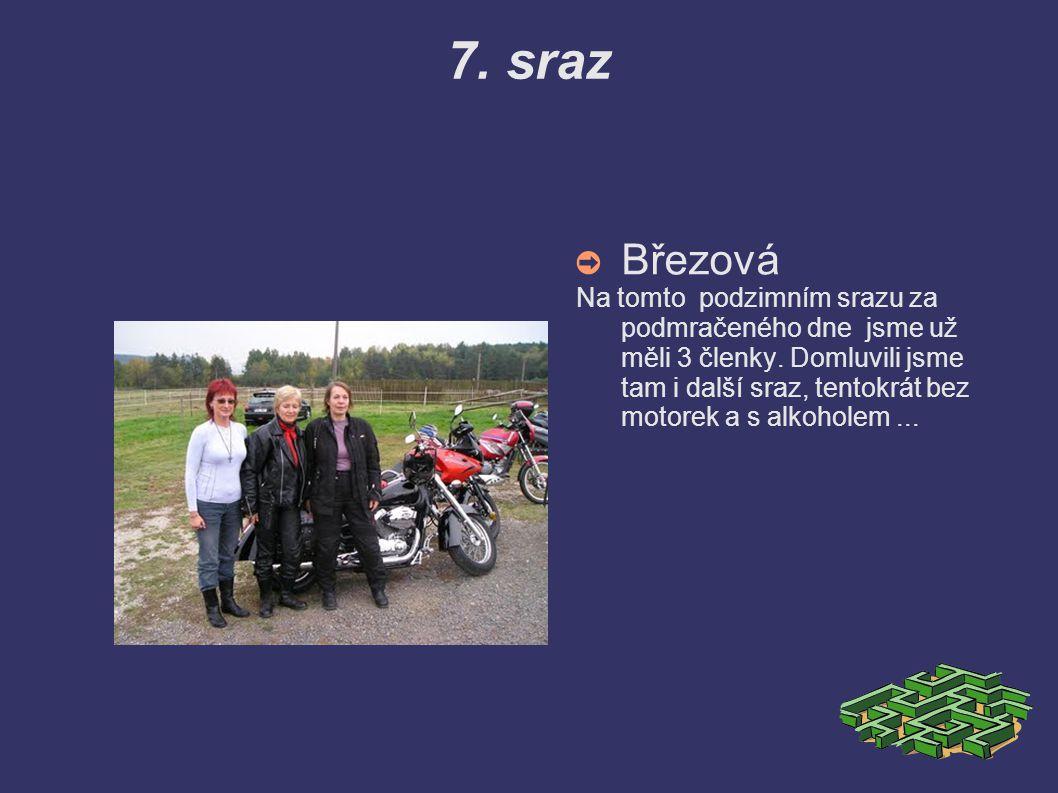 6. sraz ➲ Houska Houska je vyjímečná zvýšeným počtem členek a členů. Také návštěvou policistů – motorkářů, které na nás poslala závistivá konkurence.