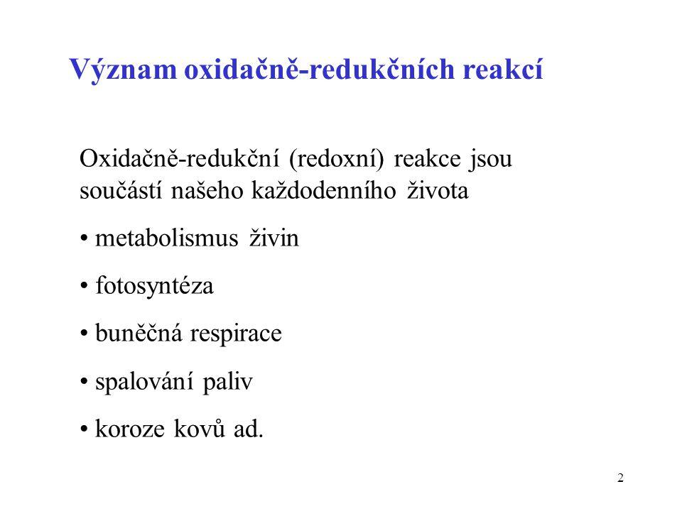 3 Oxidace A red - n e -  A ox Při oxidaci látka odevzdává elektrony Redukce B ox + n e -  B red Při redukci látka elektrony přijímá Oba děje probíhají vždy současně Definice