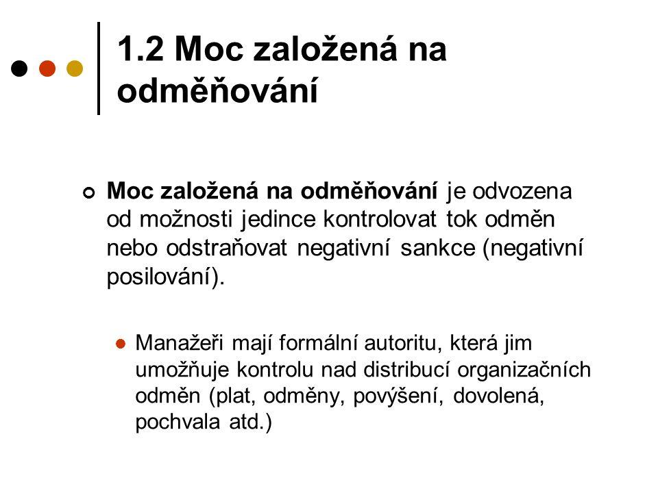 1.2 Moc založená na odměňování Moc založená na odměňování je odvozena od možnosti jedince kontrolovat tok odměn nebo odstraňovat negativní sankce (neg