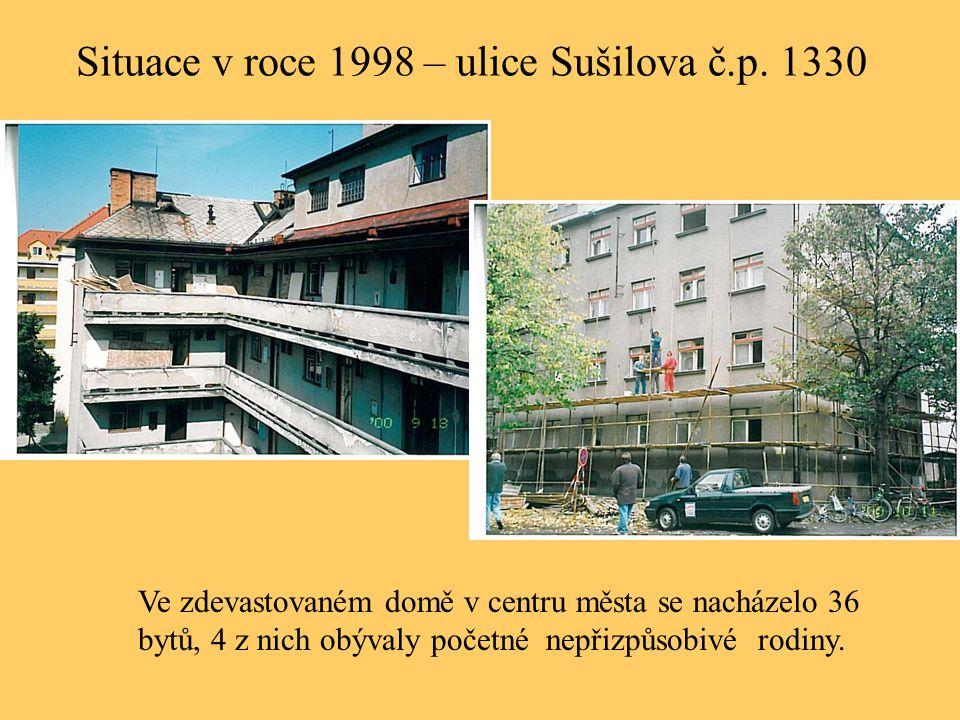 Situace v roce 1998 – ulice Sušilova č.p. 1330 Ve zdevastovaném domě v centru města se nacházelo 36 bytů, 4 z nich obývaly početné nepřizpůsobivé rodi