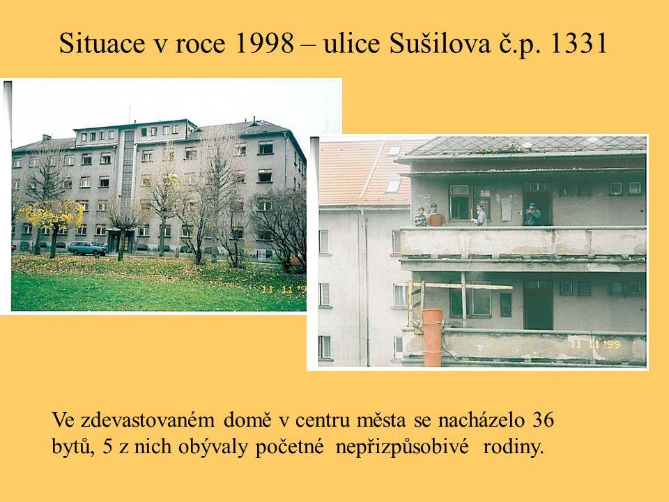 Situace v roce 1998 – ulice Sušilova č.p. 1331 Ve zdevastovaném domě v centru města se nacházelo 36 bytů, 5 z nich obývaly početné nepřizpůsobivé rodi