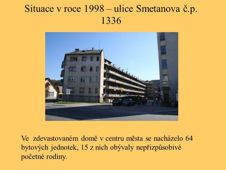 Situace v roce 1998 – ulice Smetanova č.p. 1336 Ve zdevastovaném domě v centru města se nacházelo 64 bytových jednotek, 15 z nich obývaly nepřizpůsobi