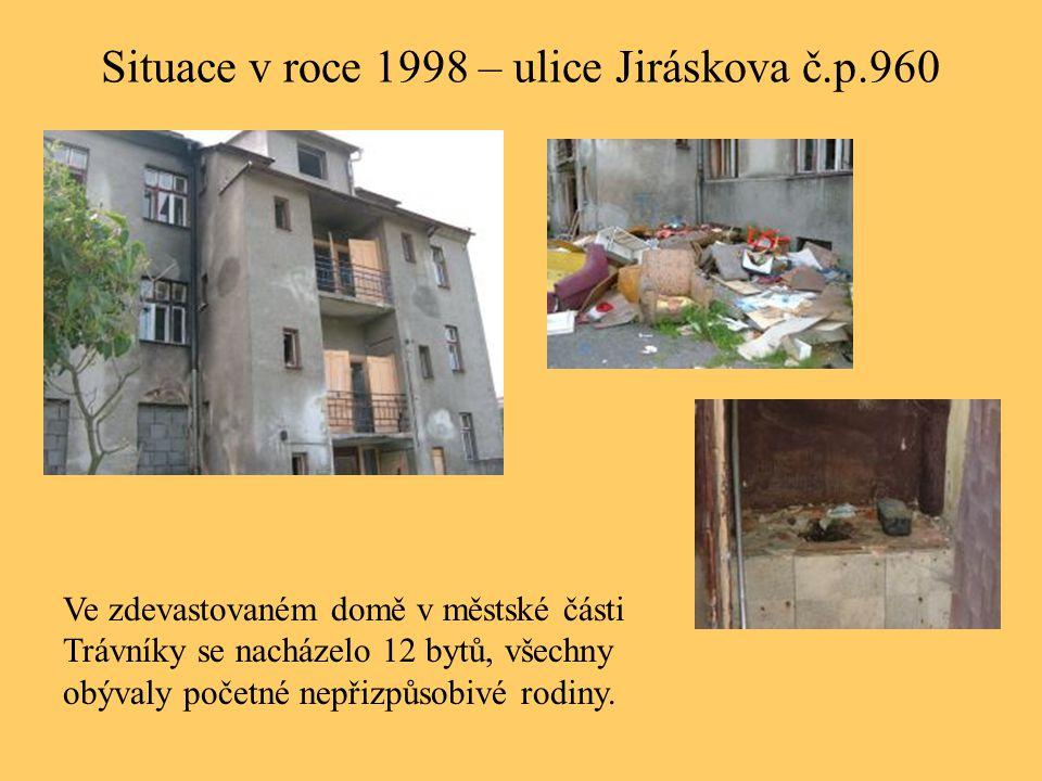 Situace v roce 1998 – ulice Jiráskova č.p.960 Ve zdevastovaném domě v městské části Trávníky se nacházelo 12 bytů, všechny obývaly početné nepřizpůsob