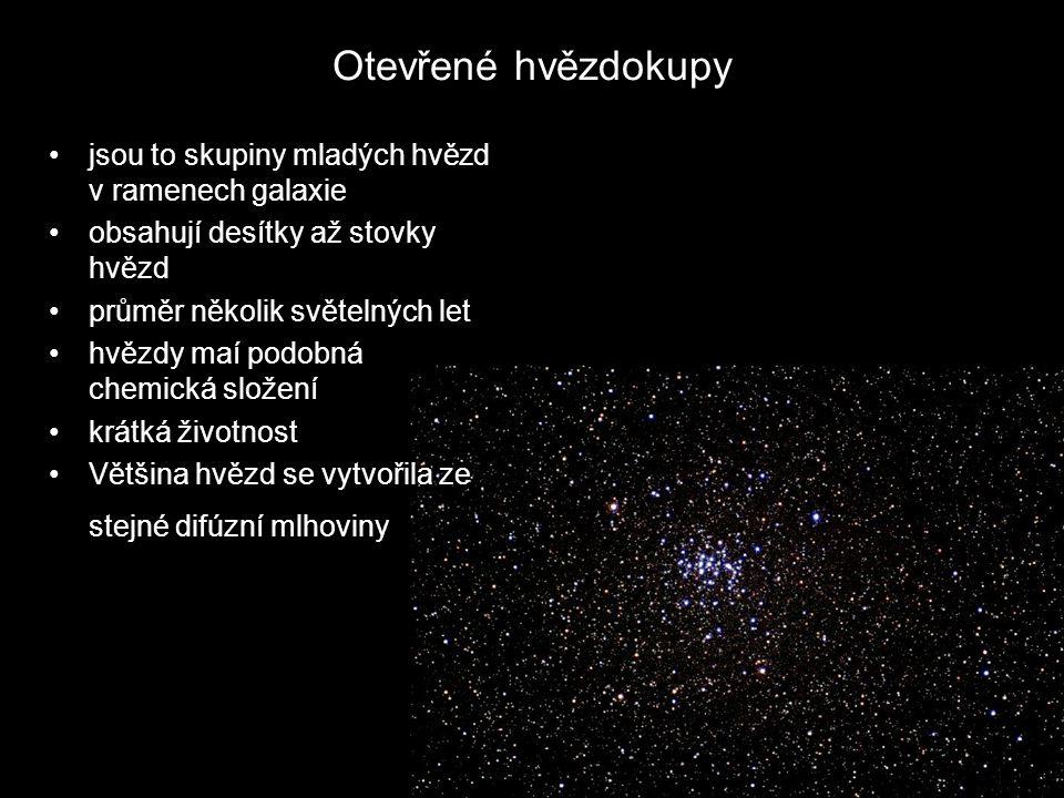 Otevřené hvězdokupy jsou to skupiny mladých hvězd v ramenech galaxie obsahují desítky až stovky hvězd průměr několik světelných let hvězdy maí podobná chemická složení krátká životnost Většina hvězd se vytvořila ze stejné difúzní mlhoviny