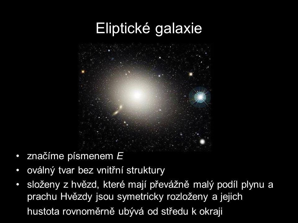 Eliptické galaxie značíme písmenem E oválný tvar bez vnitřní struktury složeny z hvězd, které mají převážně malý podíl plynu a prachu Hvězdy jsou symetricky rozloženy a jejich hustota rovnoměrně ubývá od středu k okraji