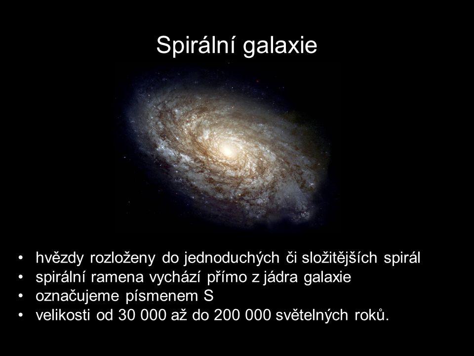 Spirální galaxie hvězdy rozloženy do jednoduchých či složitějších spirál spirální ramena vychází přímo z jádra galaxie označujeme písmenem S velikosti od 30 000 až do 200 000 světelných roků.
