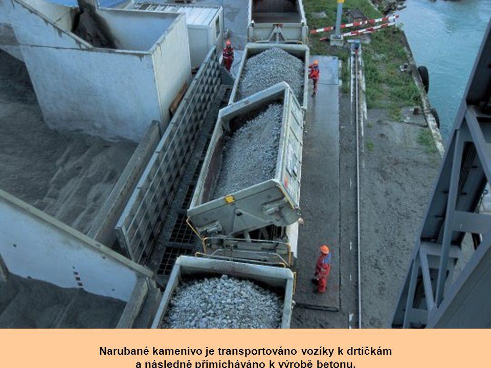 """K odstraňování narubané horniny jsou v """"hlavě"""" porubů používány transportní pásy."""