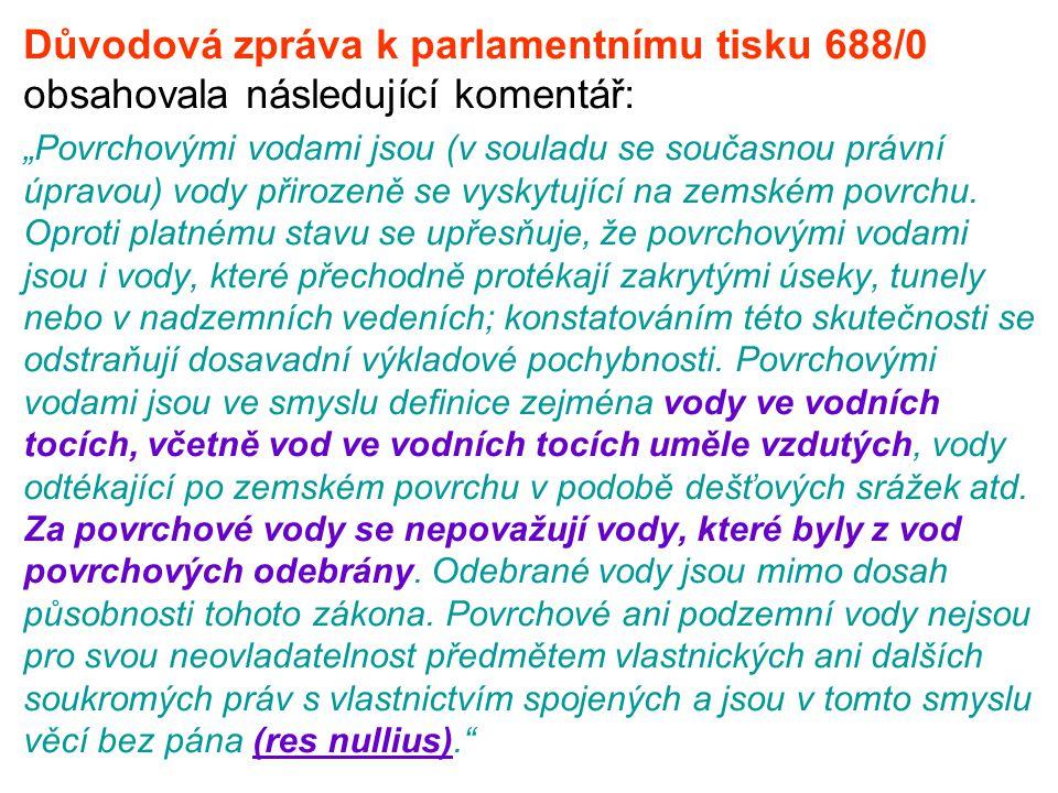 """Důvodová zpráva k parlamentnímu tisku 688/0 obsahovala následující komentář: """"Povrchovými vodami jsou (v souladu se současnou právní úpravou) vody při"""