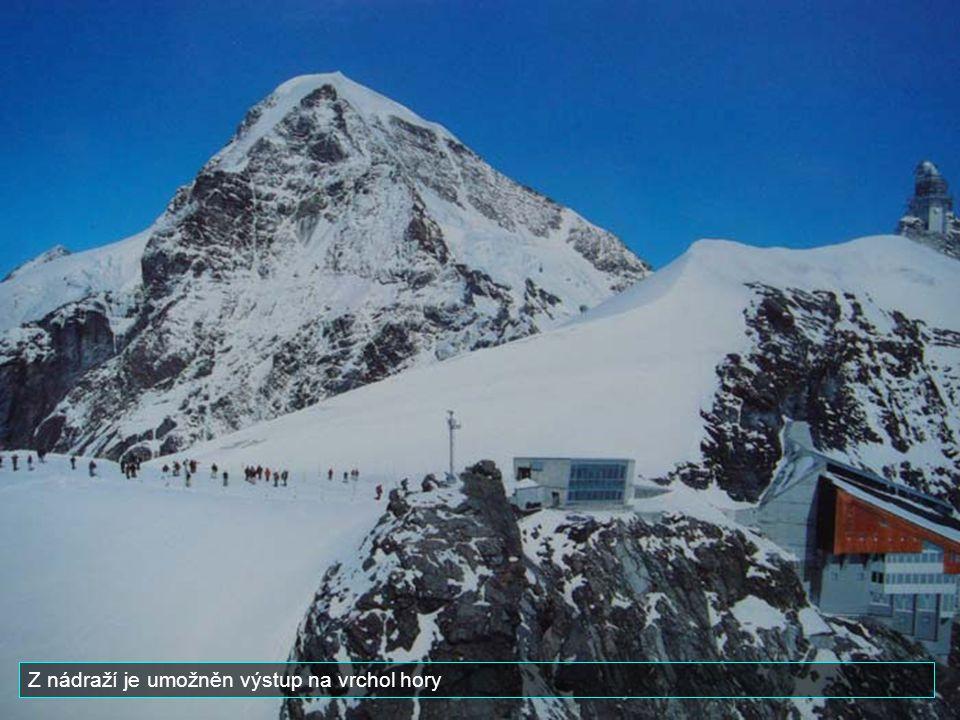 Tato železnice byla postavena v letech 1898 a 191., Je asi 7 km dlouhá. Cesta trvá přibližně 50 minut. Konečná stanice Jungfraujoch mezi horami Monch