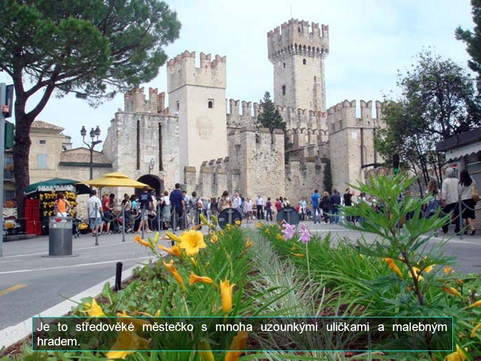 Sirmione leží na jižním konci jezera Lago di Garde. Má cca 6 000 obyvatel