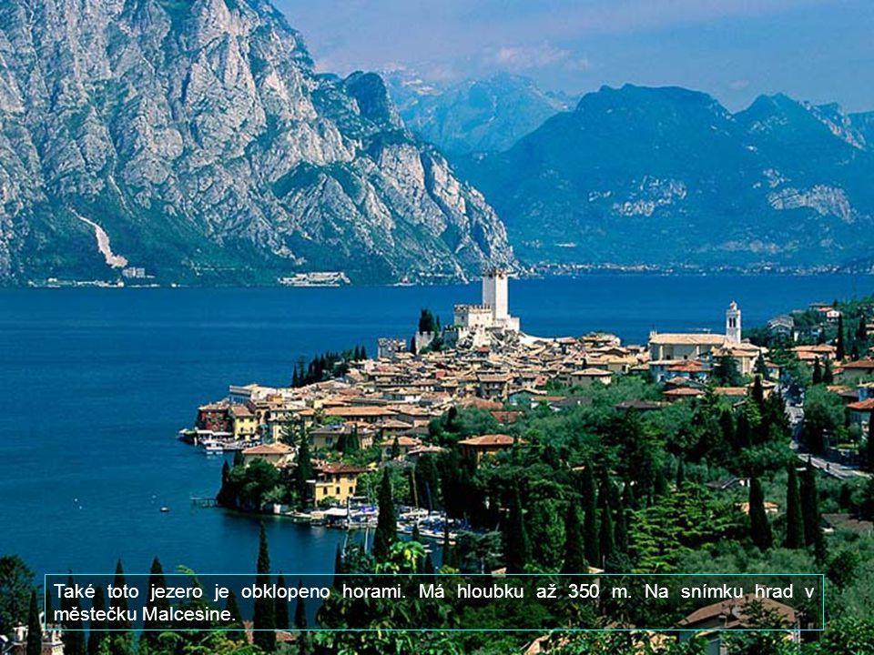 Rozloha jezera je cca 370 čtverečních kilometrů.