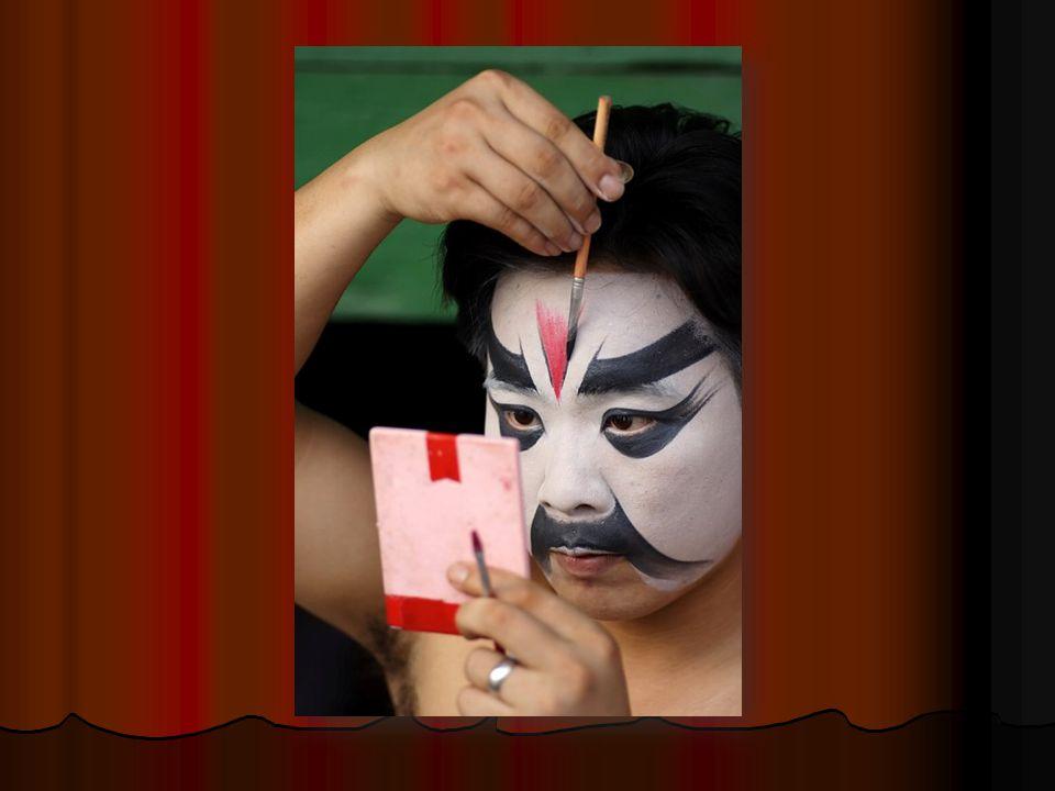 Ještě nápadnější jsou mnohdy děsivé masky a make-up, které však zase naznačují povahu postavy.