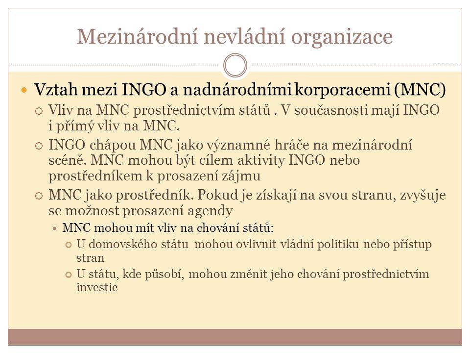 Mezinárodní nevládní organizace Vztah mezi INGO a nadnárodními korporacemi (MNC)  Vliv na MNC prostřednictvím států. V současnosti mají INGO i přímý