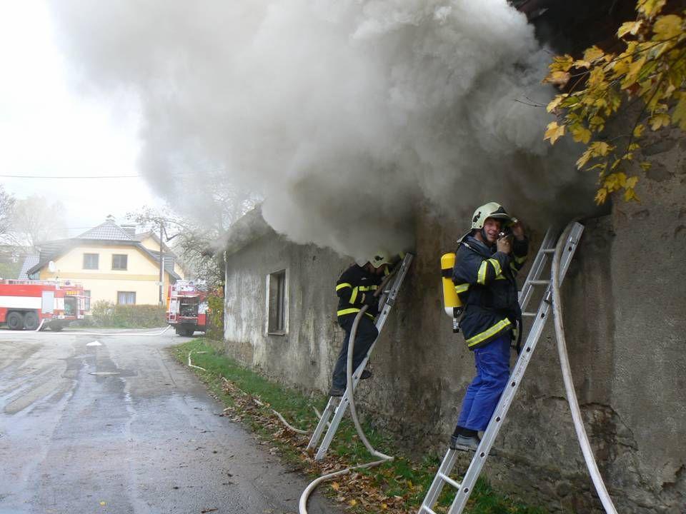 """Obec (starosta) dále zajišťuje:  """"referenční školení řidičů (všech členů JSDHO, kteří mohou řídit požární automobily)  školení BOZP pro všechny členy JSDHO (1 x 2 roky)"""