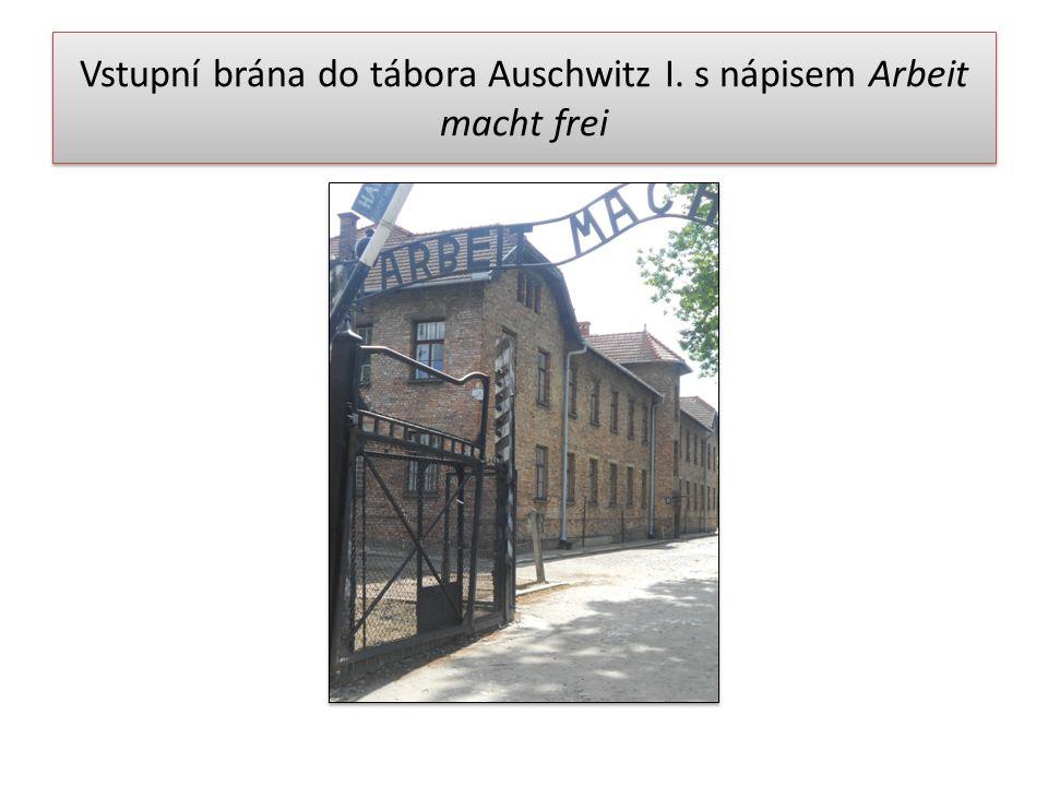 Vstupní brána do tábora Auschwitz I. s nápisem Arbeit macht frei
