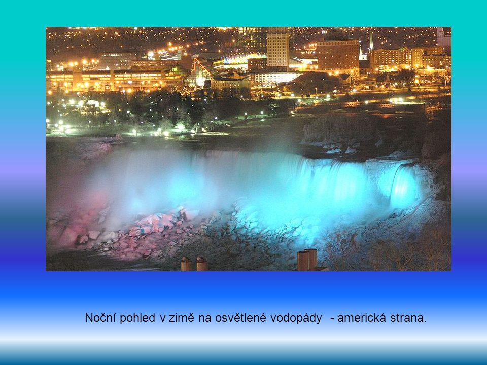Noční pohled v zimě na osvětlené vodopády - americká strana.
