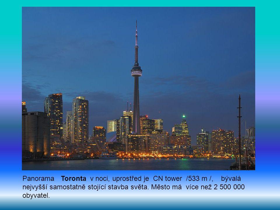 Panorama Toronta v noci, uprostřed je CN tower /533 m /, bývalá nejvyšší samostatně stojící stavba světa. Město má více než 2 500 000 obyvatel.