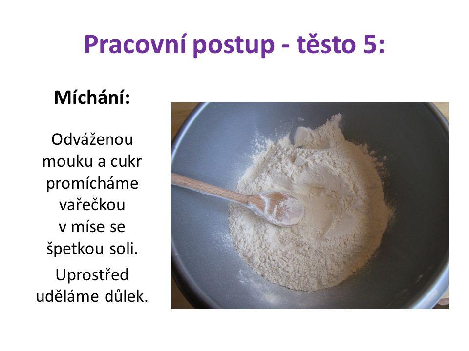 Pracovní postup - těsto 5: Míchání: Odváženou mouku a cukr promícháme vařečkou v míse se špetkou soli. Uprostřed uděláme důlek.