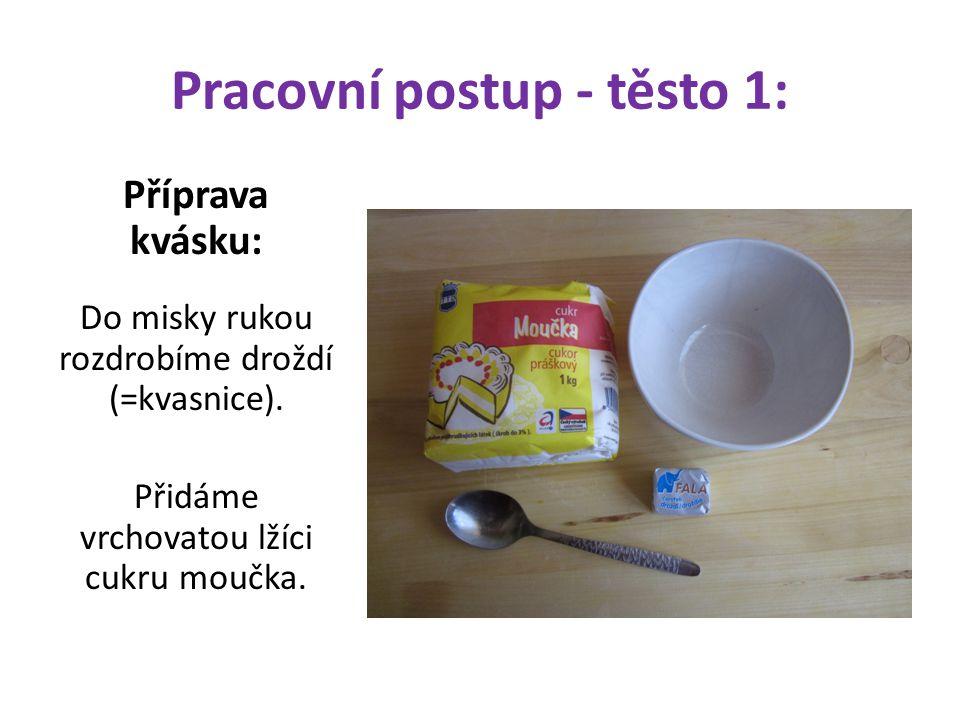 Pracovní postup - těsto 1: Příprava kvásku: Do misky rukou rozdrobíme droždí (=kvasnice). Přidáme vrchovatou lžíci cukru moučka.