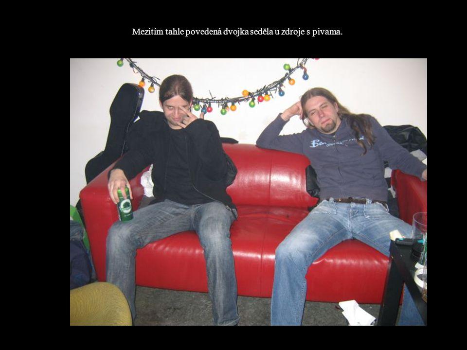 Mezitím tahle povedená dvojka seděla u zdroje s pivama.